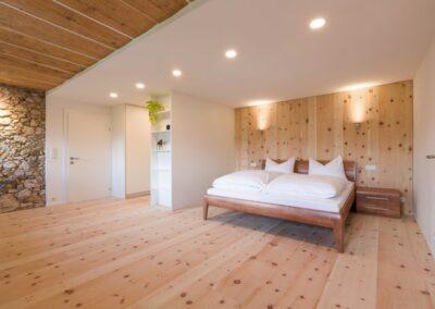 sciana z drewna za łożkiem